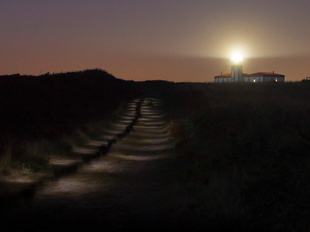 Faro de Ons de noche